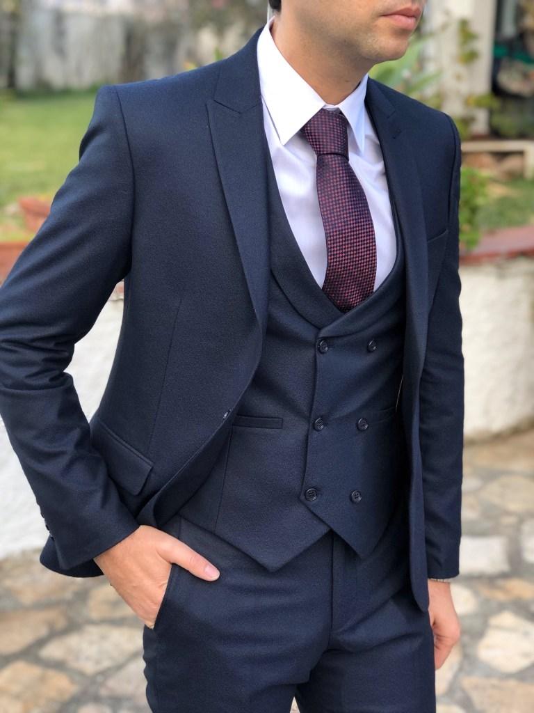 Abito uomo elegante color blu con panciotto.