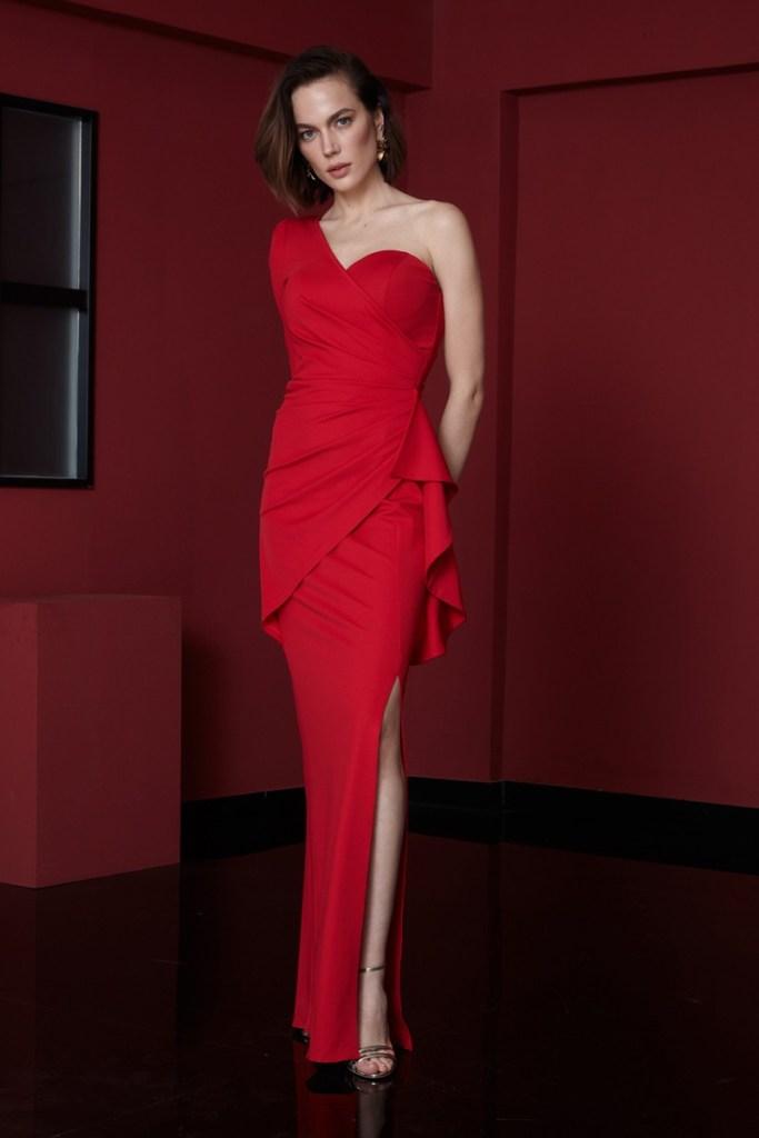 Cerimonia donna - vestito rosso con spacco.