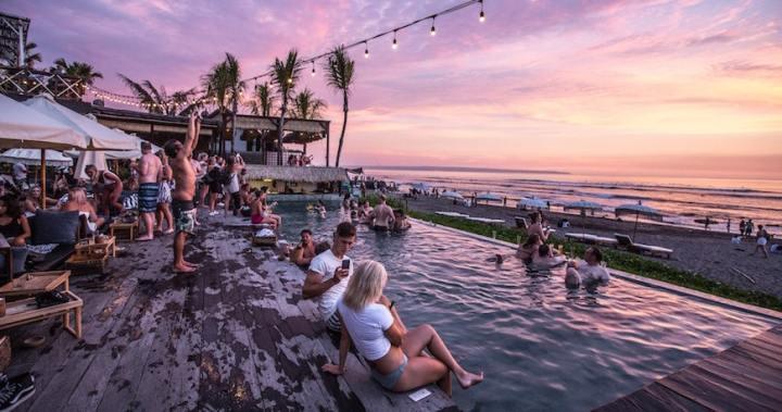 Come scegliere le scarpe uomo per una festa in piscina?