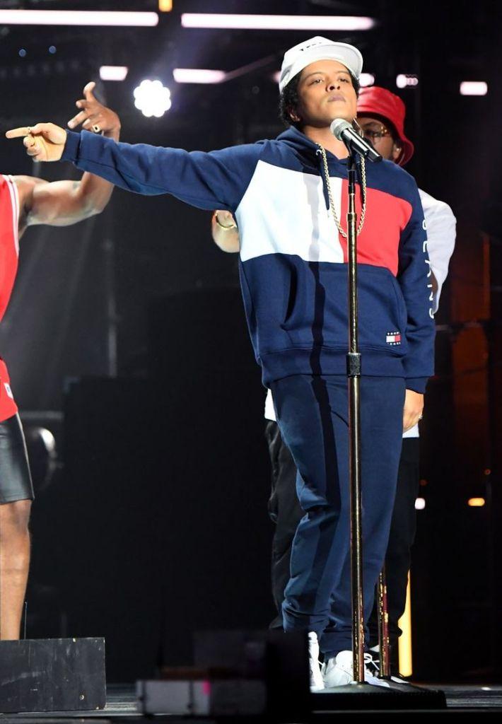 Bruno Mars in tuta blu di Tommy Hilfinger - gogolfun.it