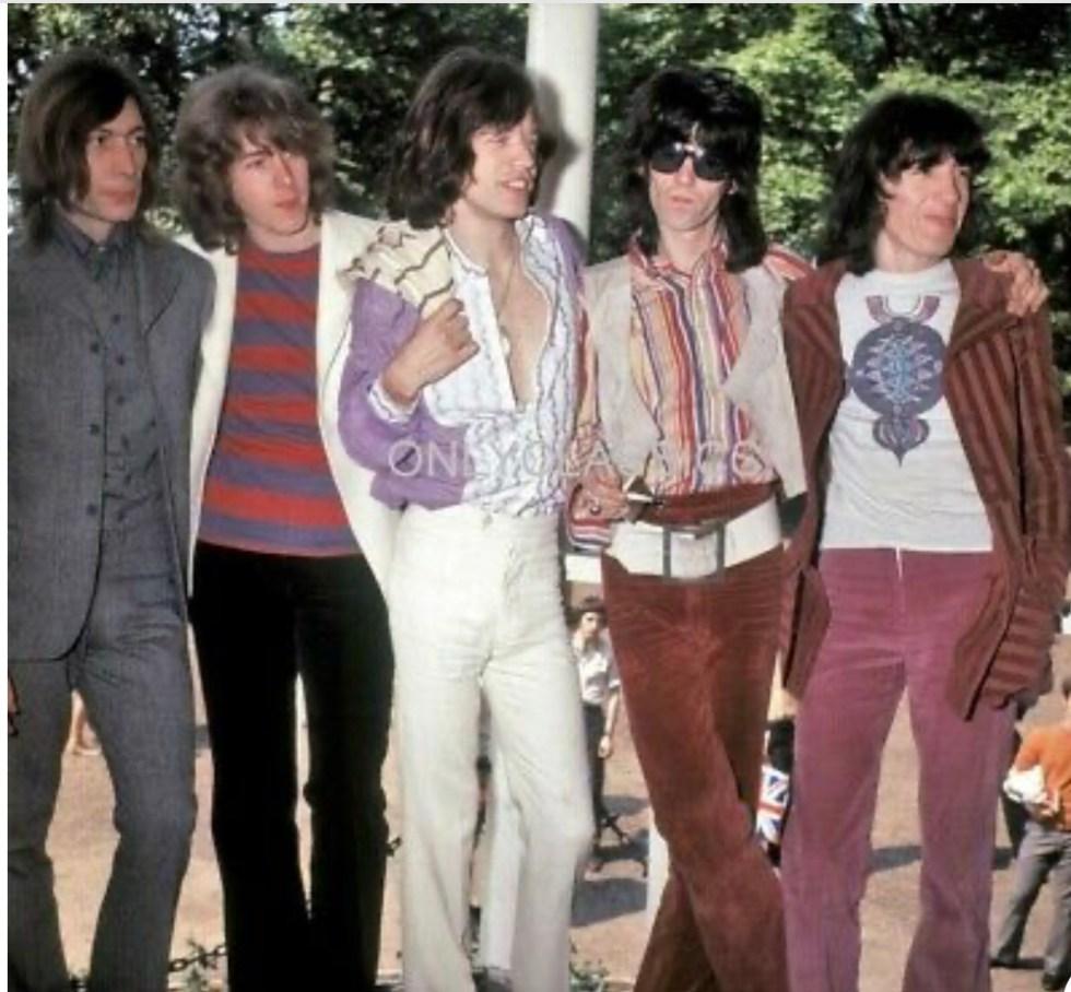 Band al completo, in abiti anni 70'