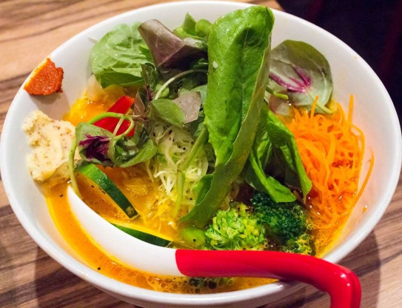 Ramen vegetariano en restaurante japonés