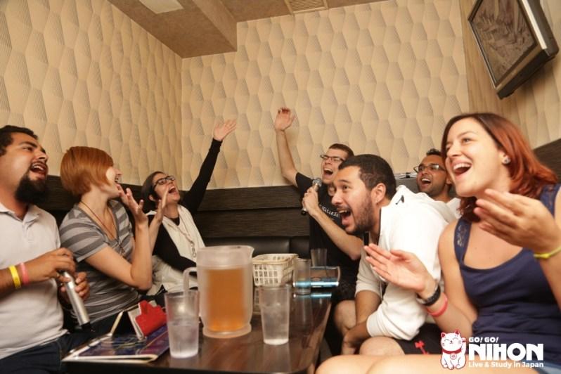 Ausländer Studenten singen bei Karaoke
