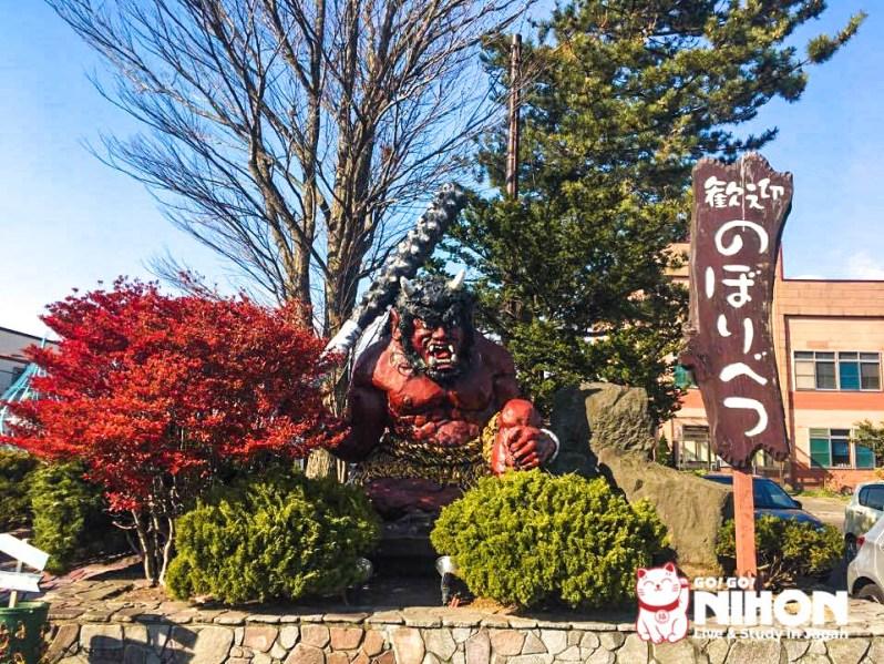 Estatua de un ogro en Noboribetsu en otoño