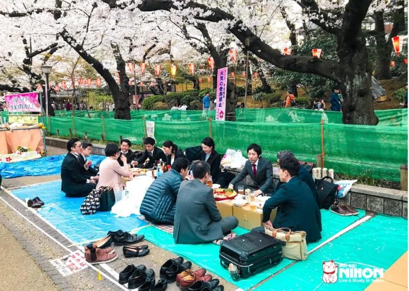 Salary men haciendo hanami en Ueno