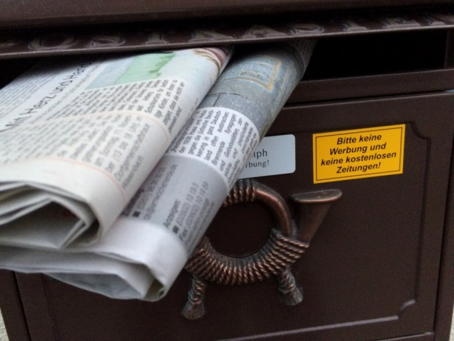 """Briefkasten mit Aufkleber """"Bitte keine Werbung und kostenlosen Zeitungen einwerfen"""""""