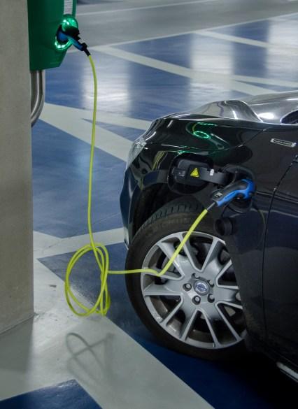 Regulamentação abre caminho para investimentos em recarga de veículos elétricos.