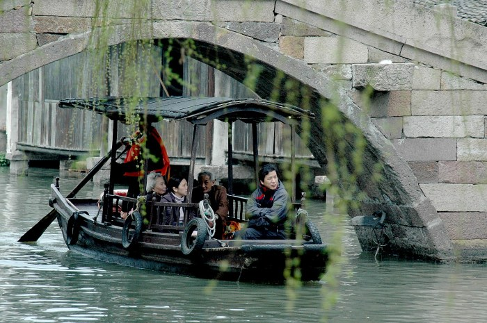 A popular way to experience the magnificent scenery of Wuzhen and its bridges is by boat© 2016 Karen Rubin/goingplacesfarandnear.com.
