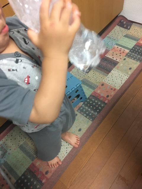 水だんご液を振る幼児