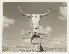 Ghost Ranch Sign and Skull, undated Unidentified photographer Black and white photograph 4 x 5 in. 2014.03.265