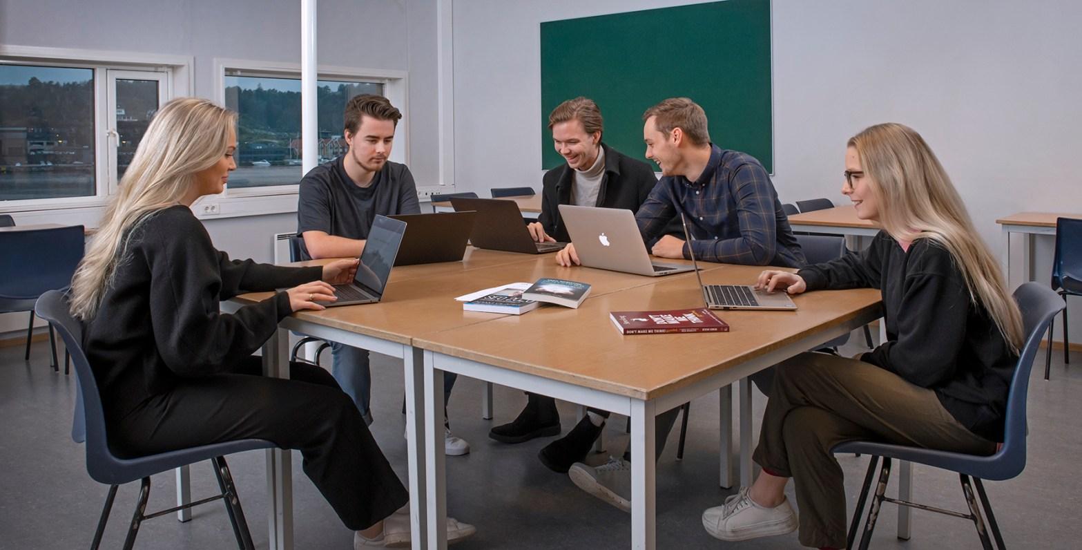 Gokstad Akademiet studenter som arbeider