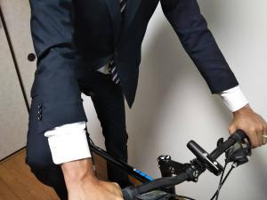 スーツで自転車に乗車2