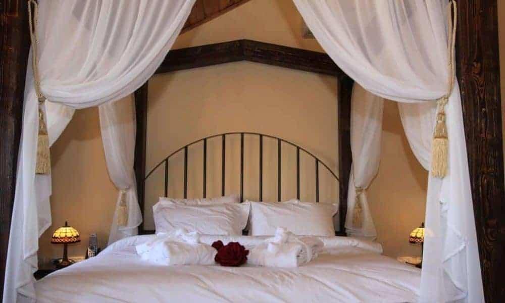 צימר עם מיטת אפריון במתחם הסוויטות פנינה בגולן ממלכה קסומה בחד נס