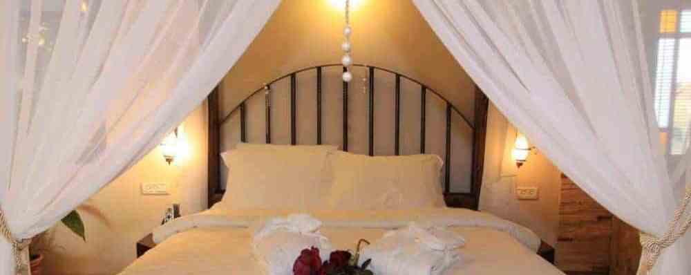 סוויטות זוגיות עם מיטת אפריון במתחם צימרים בצפון הכנרת פנינה בגולן