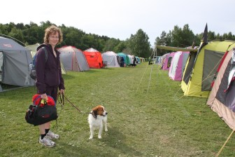 Kooiker and handler amongst the tents,