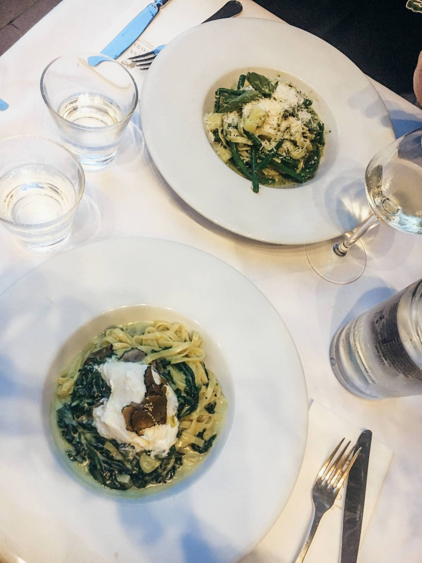 Fresh pasta al fresco overlooking a canal? Yes please! Click through for everywhere we ate while in Amsterdam, including this night at Casa di David.