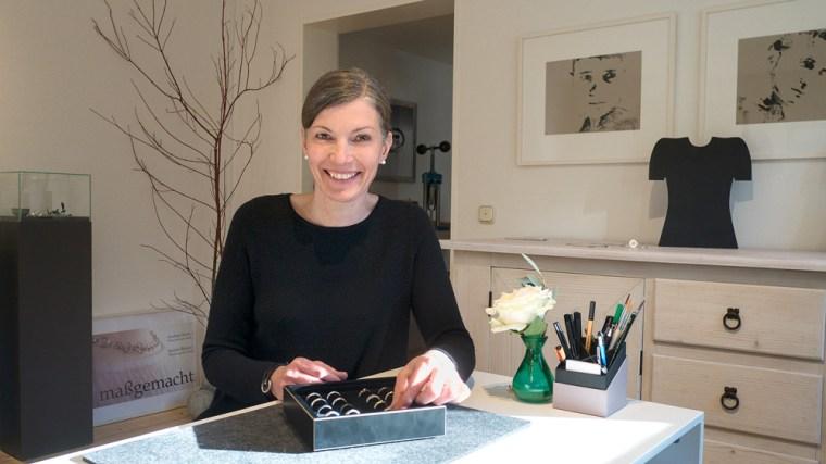 Andrea Stork berät Trauringkunden ihn ihrer Werkstatt in Neubeuern bei Rosenheim