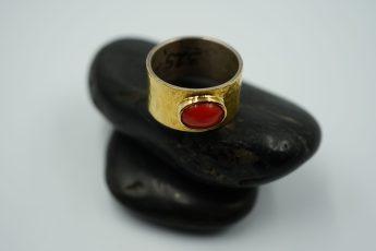 Ring in 925er Silber mit Feingold und Koralle 395 €