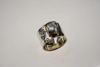 Ring in 925er Silber u. 900er Feingold-Fassung mit gehämmerter Oberfläche und Keshi-Süßwasserperle 295 €