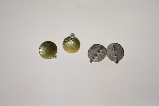 Ohrstecker in 925er Silber u. 999er Feingold mit Zuchtperle 315 € Ohrstecker in 925er Silber u. 585er GG mit je 1 Brilliant, 0,015 ct. twsi 225 €