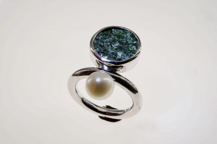 Ring in 925er Silber mit Fuchsit-Glimmer und Süßwasserperle 280 €