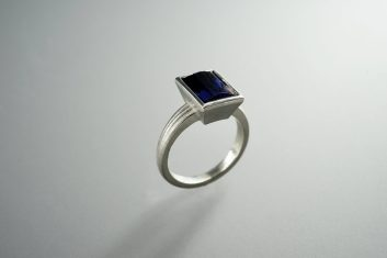 Ring in 925er Silber mit Iolith, 420.- €