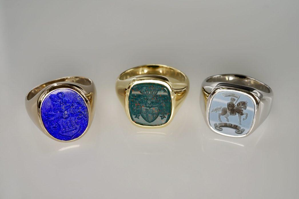 Siegelringe mit Lapis-Lazuli, Heliotrop und Lagenonyx und unterschiedlichen Metallen