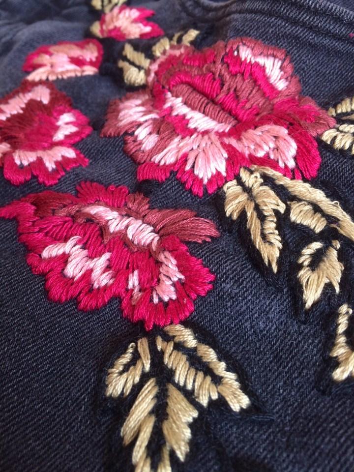 DIY: Mit Blumen bestickte Jeans
