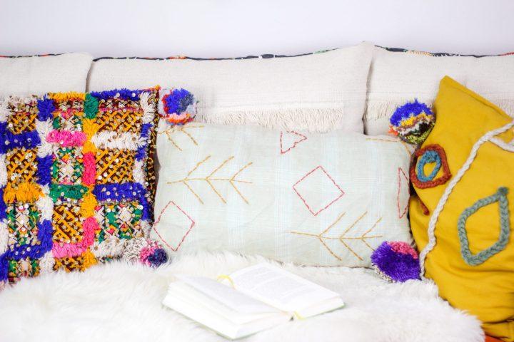 DIY Upcycling: Boho-Kissen mit Pompoms aus einer alten Leinenbluse nähen