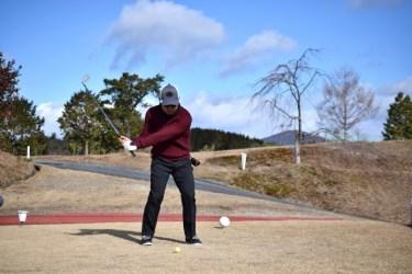 ゴルフスイングでシャフトを立てるコツは下半身リードで行う
