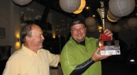 """<a href=""""https://i2.wp.com/golf-olszewka.pl/wp-content/uploads/2012/10/adam_ikona.jpg""""></a> Adam Pawlonka odbiera z rąk Prezesa puchar i nagrody za pierwsze miejsce w cyklu turniejów Olszewka Cup 2012"""