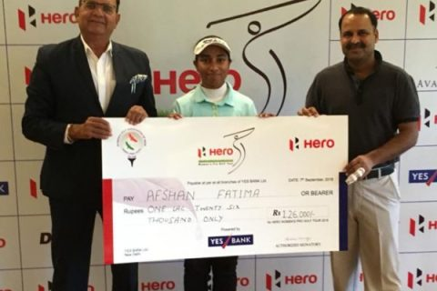 Afshan Fatima, Winner of the 13th leg of Hero WPGT, receives her winning cheque from Mr. Sanjeev Rampal, Sr. Vice President, Jaypee Greens