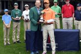 Treed Huang receives his prize from Sergio Garcia - ANGC Images