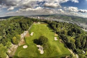 Blick von oben auf die Driving Range der GolfKultur Stuttgart