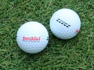 Golf Range-Bälle auf der Wiese