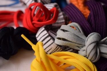 靴紐でサイズを微調整することで正しいスイングと疲れ軽減を