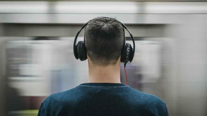 Hombre escuchando audiolibro en Nextory