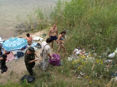 рейд голубое озеро Сбор мусора с отдыхающими на берегу за Баден-Баденом