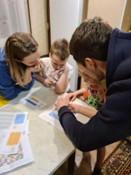 дети и взрослые вместе проходят квест дома