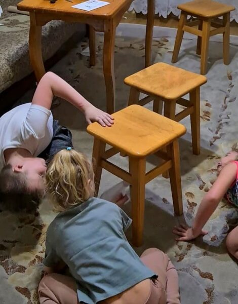 дети ищут подсказку квеста под стулом