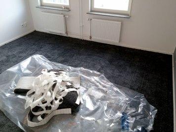 Det blir alltid lite spill. hur mycket beror på hur ditt rum ser ut. Tänk på det när ni beställer matta. Man vill alltid ha minst 10cm per våd till att skära i.