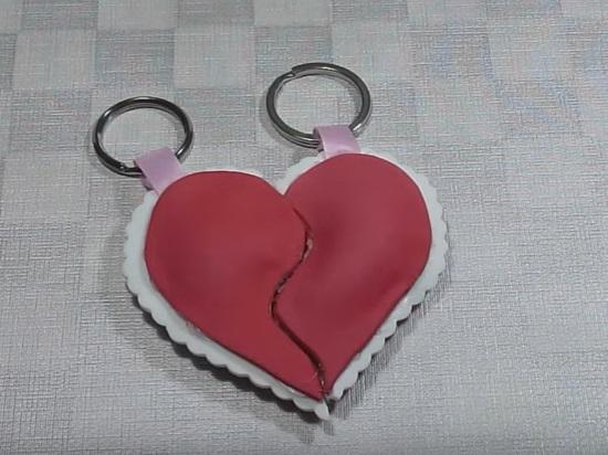 Llavero con mitades de corazones de goma eva 1