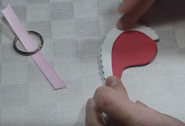 Llavero con mitades de corazones de goma eva 5