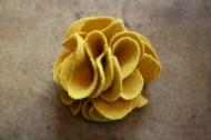 kanyargós szirmú filc virág