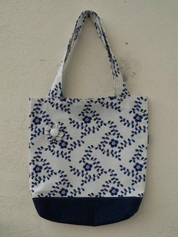 Fehér-sötétkék táska