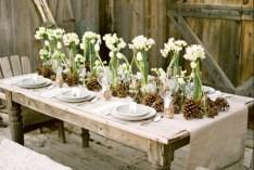 6. tobozok és illatos virágok a régi asztalon