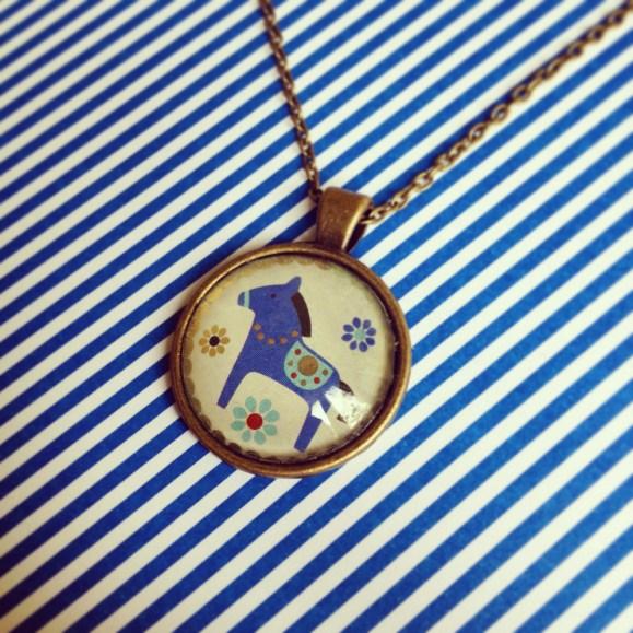 kék lovacskás medál