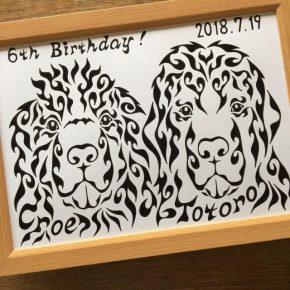 2匹の愛犬、ペットをモチーフに!名前が入った模様で描く少し変わったアートの誕生日プレゼント
