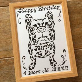 誕生日の記念品に!愛犬のペットをモチーフにした模様で描く、名前が入った似顔絵風アートのプレゼント