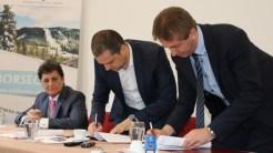 Ministrul Turismului Bogdan Trif a mers la Borsec, unde a semnat contractul de finanțare pentru construirea unui parc de aventuri. FOTO Ministerul Turismului